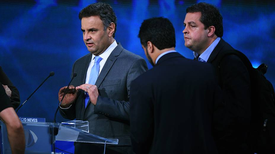 O candidato à Presidência Aécio Neves (PSDB) participa do debate da Band, o primeiro do segundo turno da eleição presidencial, nesta terça-feira (14)