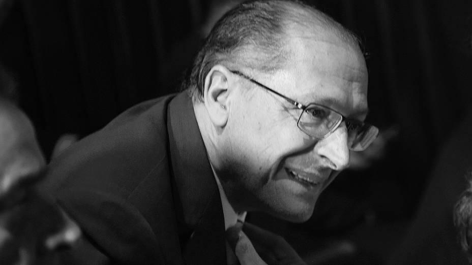 O governador Geraldo Alckmin durante o 1º debate do segundo turno promovido pela Rede Bandeirantes, na noite desta terça-feira (14)