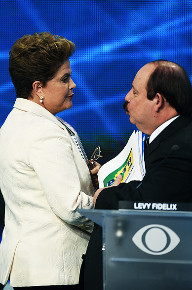 Dilma Rousseff (PT) cumprimenta o candidato Levy Fidelix (PRTB), durante o intervalo do debate dos presidenciáveis promovido pelo Grupo Bandeirantes, em 26/08/2014