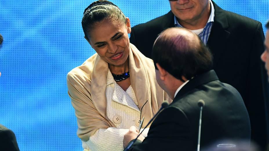 SOBROU A MARINA - Candidata do PSB cumprimenta o candidato Levy Fidelix (PRTB): durante o debate, ele chegou a reclamar que só ela teria restado para ser bombardeada