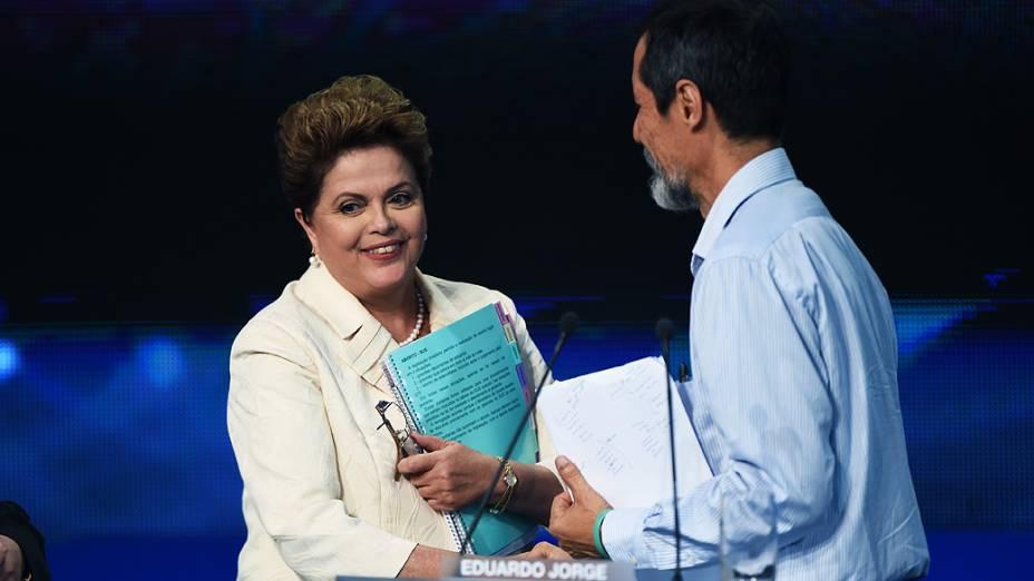 Dilma Rousseff (PT) cumprimenta o canditato Eduardo Jorge (PV), durante o intervalo do debate dos presidenciáveis promovido pelo Grupo Bandeirantes, em 26/08/2014