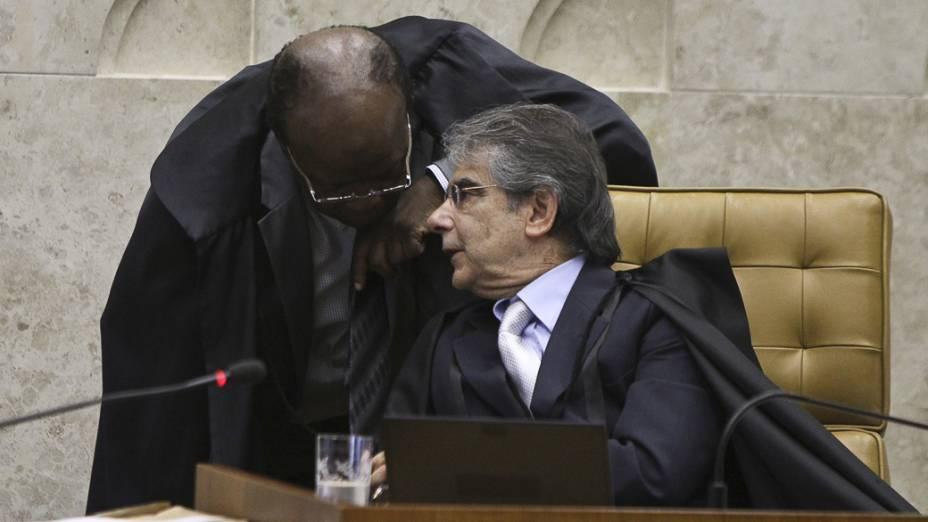 O ministro Joaquim Barbosa, e o presidente do STF, ministro Carlos Ayres Britto, no julgamento do mensalão
