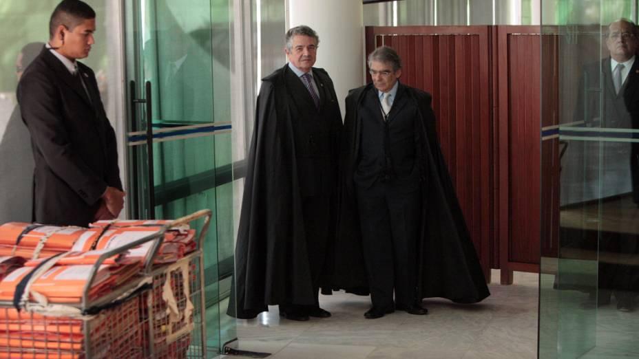 Os ministros Marco Aurélio e Carlos Ayres Britto entrando no plenário para início do julgamento do mensalão