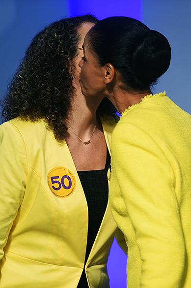 As candidatas à Presidência da República, Luciana Genro (PSOL) e Marina Silva (PSB), se cumprimentam antes do debate promovido pela Globo, no Rio