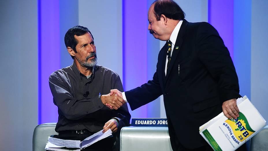 Os candidatos à Presidência da República Eduardo Jorge (PV) e Levy Fidelix (PRTB) se cumprimentam, antes do debate promovido pela Globo, no Rio