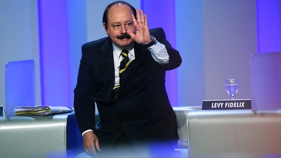 O candidato à Presidência da República,Levy Fidelix (PRTB), acena para a plateia do debate promovido pela Globo, no Rio