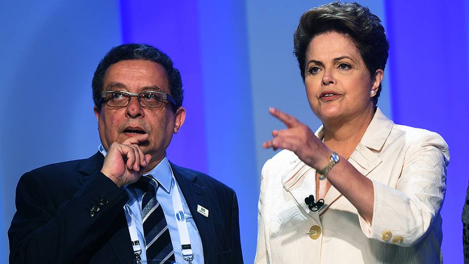 A candidata à Presidência da República, Dilma Rousseff (PT), ao lado do marqueteiro João Santana, antes do debate promovido pela Globo, no Rio