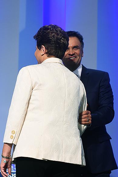 Os presidenciáveis Dilma Rousseff (PT) e Aécio Neves (PSDB) se cumprimentam, antes do debate promovido pela Globo, no Rio