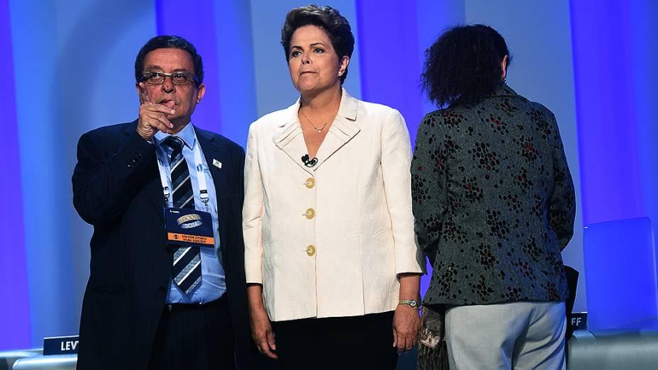 A candidata à Presidência da República Dilma Rousseff (PT), ao lado do marqueteiro João Santana, antes do debate promovido pela Globo, no Rio