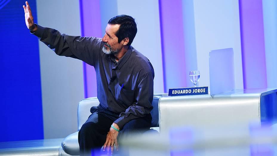 O candidato à Presidência da República Eduardo Jorge (PV) acena para a plateia no debate promovido pela Globo, no Rio
