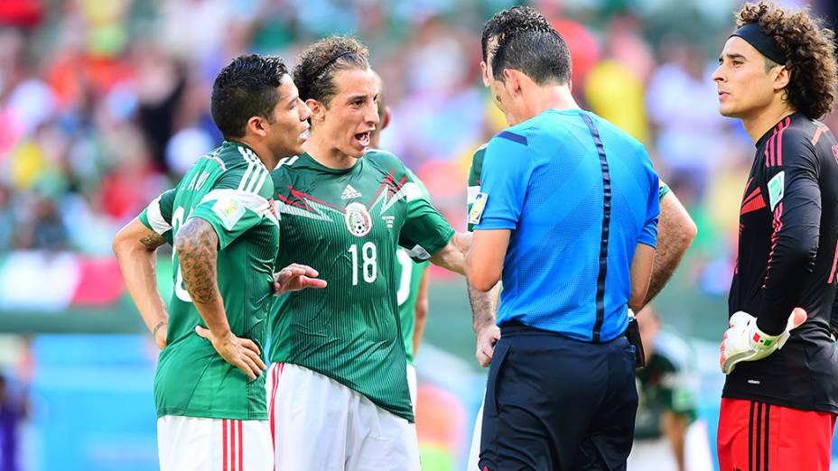 Jogadores do México reclamam com o árbitro após marcação de pênalti no jogo contra a Holanda