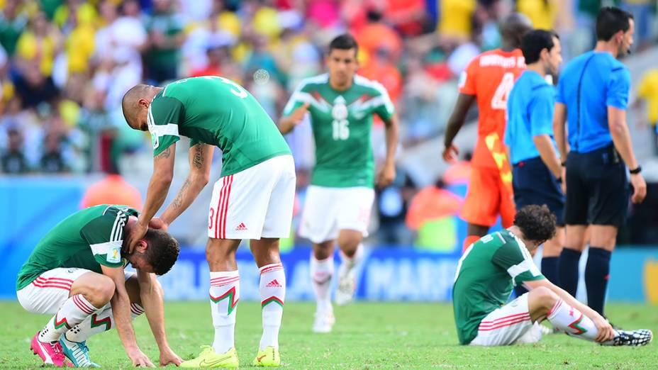 Jogadores do México lamentam derrota para a Holanda no Castelão, em Fortaleza