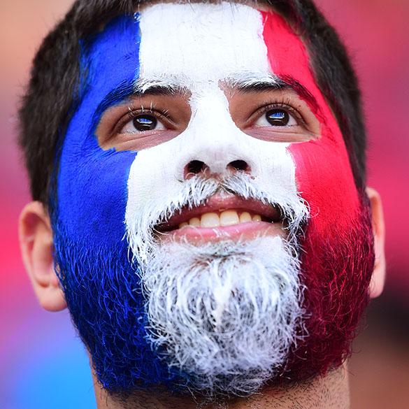 Torcedor da França aguarda o início do jogo contra a Nigéria