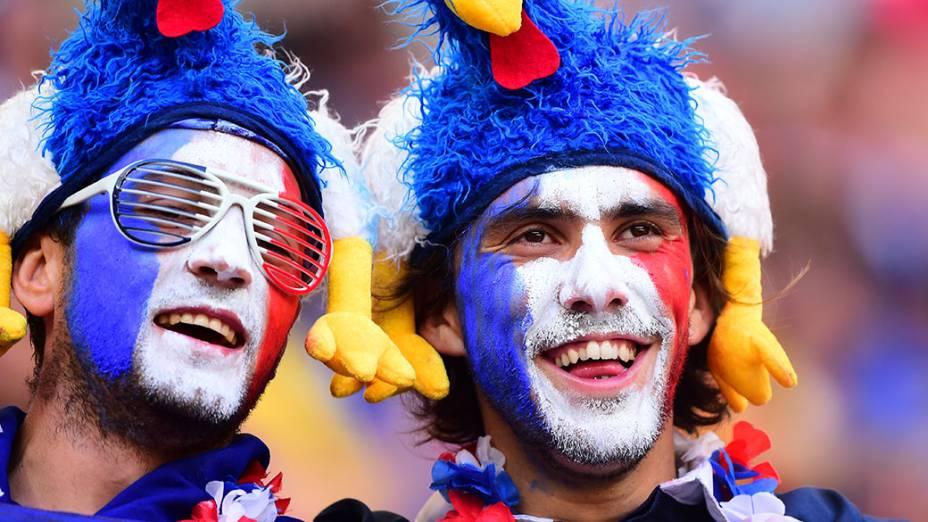 Torcedores da França aguardam o início do jogo contra a Nigéria