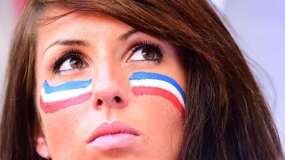 Torcedora da França aguarda o início do jogo contra a Nigéria