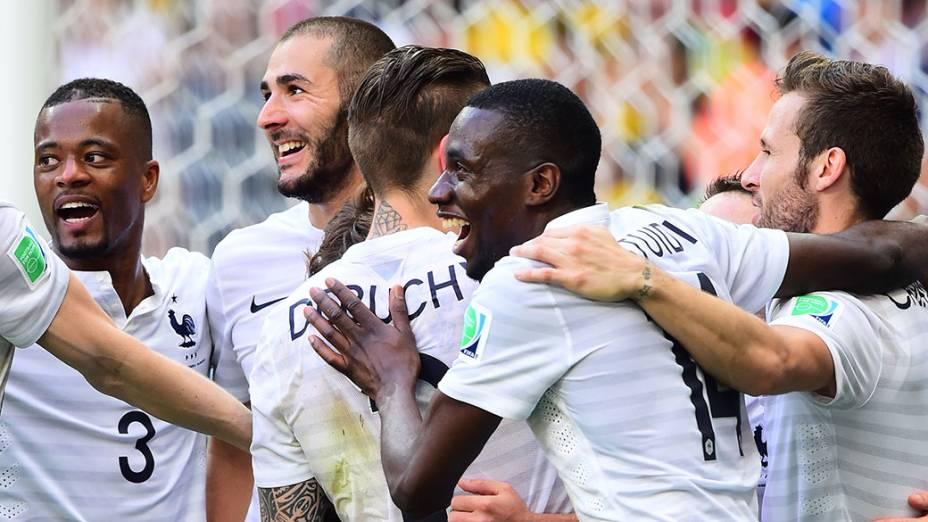 Jogadores da França comemoram vitória sobre a Nigéria no Mané Garrincha, em Brasília