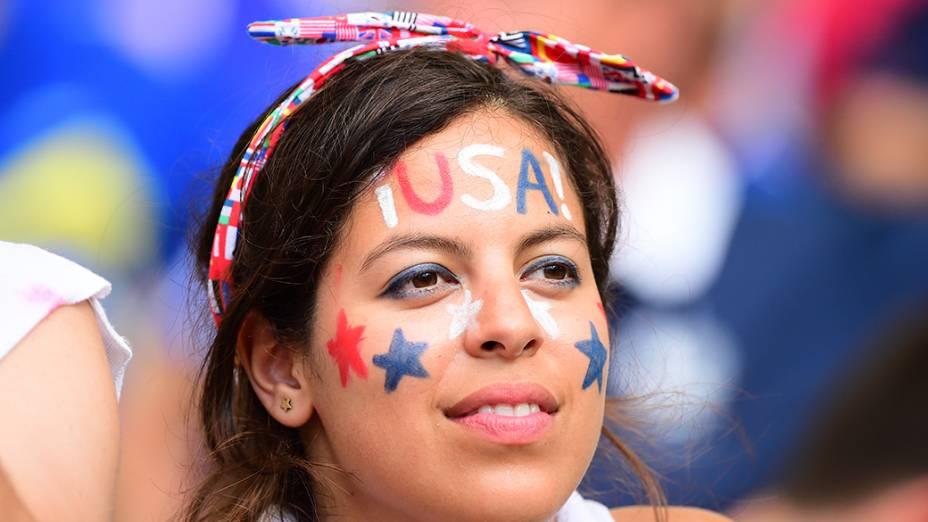 Torcedora dos Estados Unidos durante o jogo contra a Bélgica na Arena Fonte Nova, em Salvador