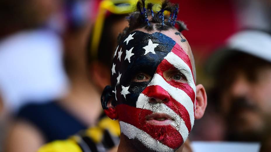 Torcedor dos Estados Unidos antes do jogo contra a Bélgica na Arena Fonte Nova, em Salvador
