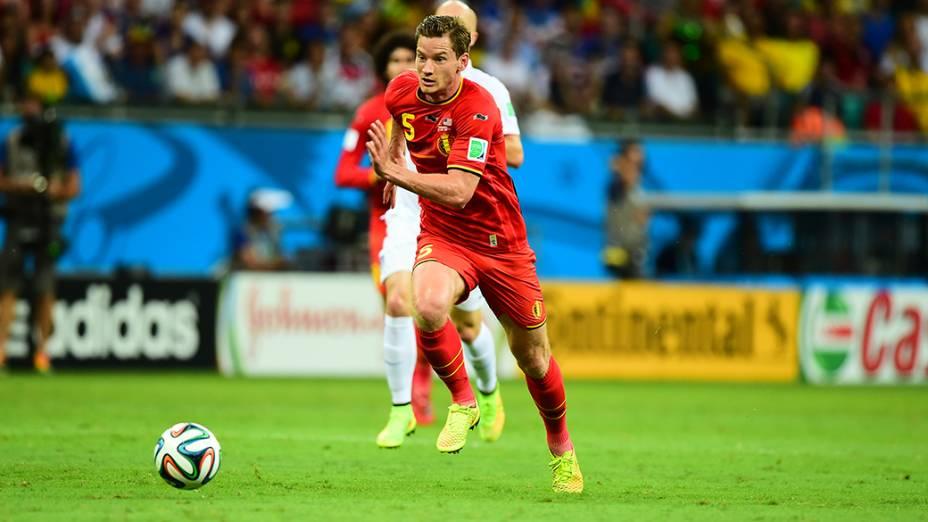 Vertonghen, da Bélgica, corre para alcançar a bola no jogo contra os Estados Unidos