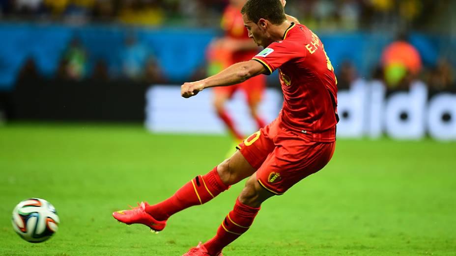 Hazard, da Bélgica, chuta a bola no jogo contra os Estados Unidos na Arena Fonte Nova, em Salvador