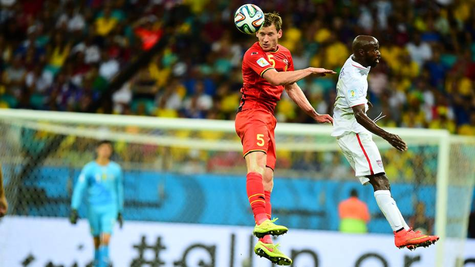 Jogadores de Bélgica e Estados Unidos disputam a bola de cabeça na Arena Fonte Nova, em Salvador