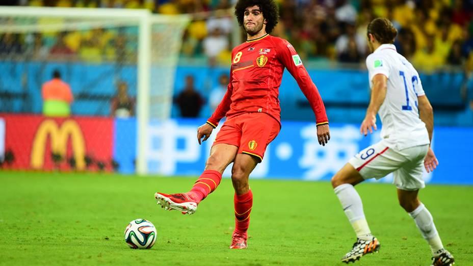 Fellaini, da Bélgica, toca a bola no jogo contra os Estados Unidos