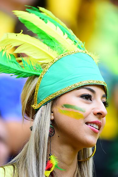Torcedora brasileira durante o jogo contra Camarões no Mané Garrincha, em Brasília