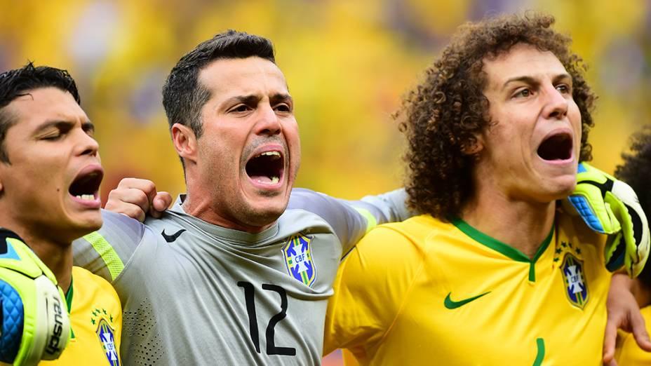 Jogadores do Brasil cantam o Hino Nacional antes do jogo contra Camarões no Mané Garrincha, em Brasília