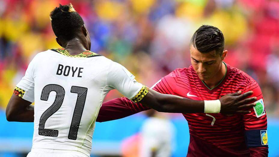 Jogador de Gana consola Cristiano Ronaldo no final da partida, em Brasília