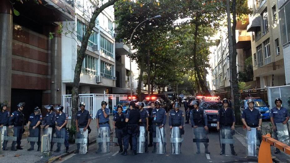 Batalhão de Choque da PM se posiciona na rua onde mora o governador Sérgio Cabral, à espera de novo protesto nesta quarta (17/7)