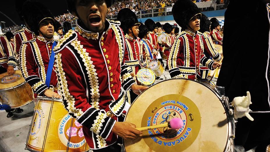 Bateria da escola de samba Rosas de Ouro no primeiro dia de carnaval, em São Paulo