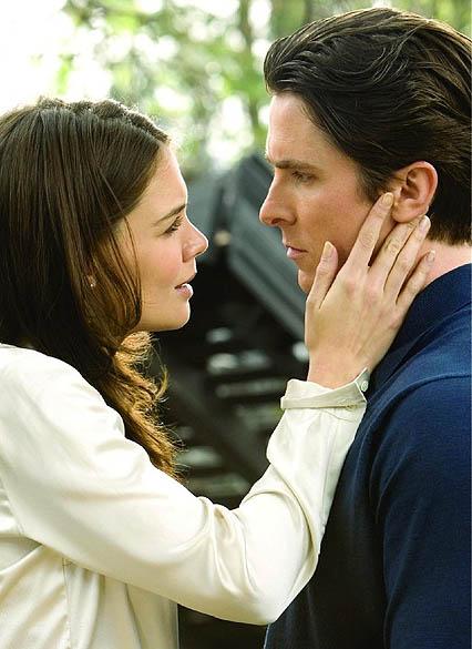 Katie Holmes e Christian Bale em Batman Begins