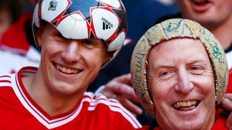 Torcedores da Bayern Munique com chapéu de bola, antes da final da Champions League contra o Borussia Dortmund no Estádio de Wembley, em Londres
