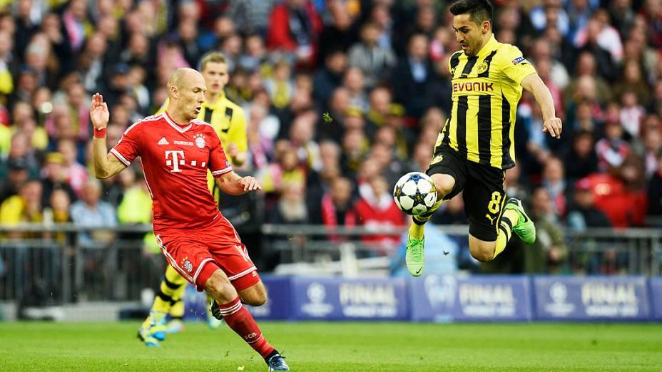 Meio-campista Ilkay Guendogan (D) do Borussia Dortmund, com meia holandês Arjen Robben, do Bayern de Munique (E) durane final da Liga dos Campeões, no estádio de Wembley, em Londres