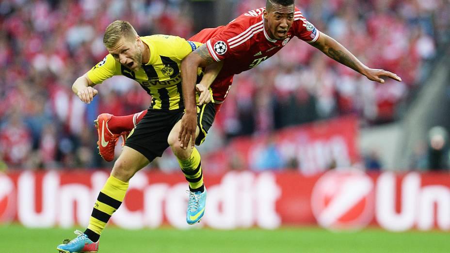 O meia Jakub Błaszczykowski do Borussia Dortmund numa dividida contra Jerome Boateng do Bayern de Munique, durante final da Liga dos Campeões, no estádio de Wembley, em Londres