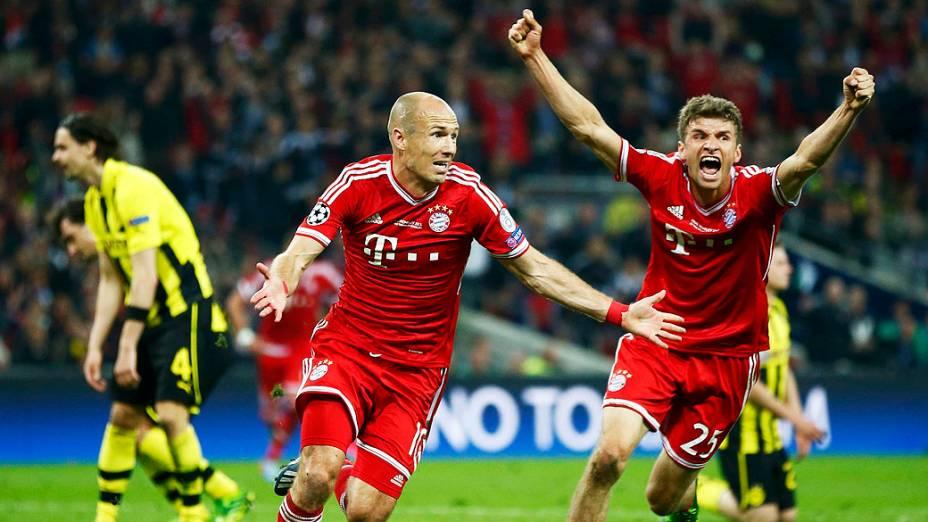 Do Bayern de Munique Arjen Robben (C), ao lado de seu companheiro de equipe Thomas Mueller (D), comemora depois de marcar o gol da vitória contra o Borussia Dortmund, na final da Liga dos Campeões entre no estádio de Wembley, em Londres