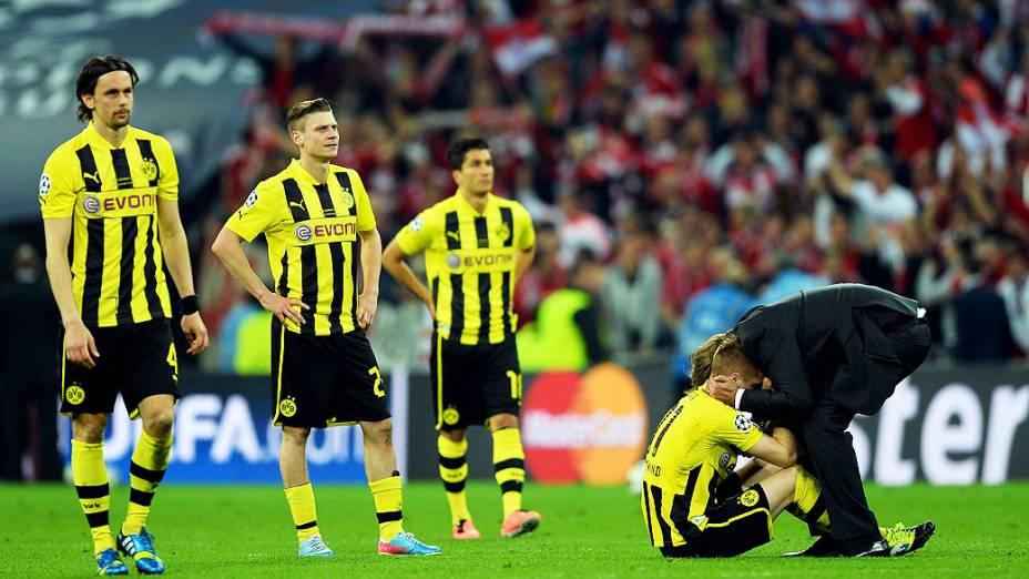 Jurgen Klopp do Borussia Dortmund, consola seus jogadores depois de perder a final da Liga dos Campeões