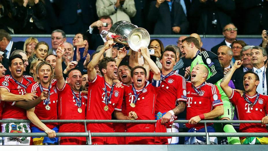 O capitão Philipp Lahm, do Bayern de Munique levanta o troféu após vencer o jogo da Liga dos Campeões da UEFA final contra o Borussia Dortmund no Estádio de Wembley em Londres