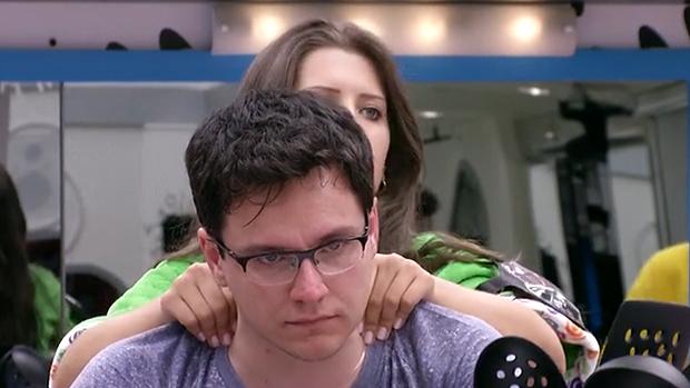 <br><br>  Andressa faz massagem em Ivan após o professor deixar a prova