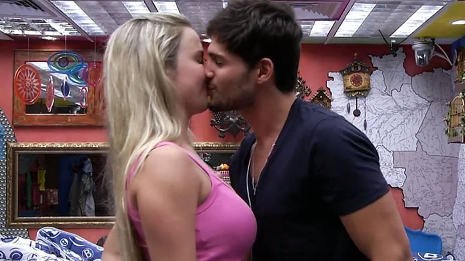 Fernanda e André trocam selinho no quarto Brechó