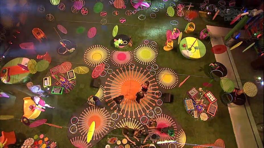 Primeira festa do BBB13 tem cenário colorido