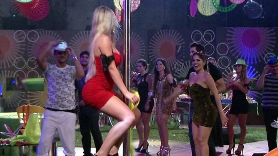 Fernanda se arrisca no pole dance durante a festa inaugural do BBB 13