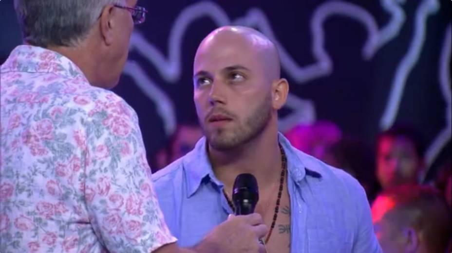 Primeiro eliminado do BBB14, o carioca João conversa com Bial fora da casa