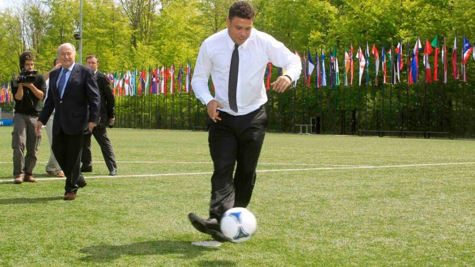 Ronaldo bate pênalti na visita da delegação brasileira à sede da Fifa
