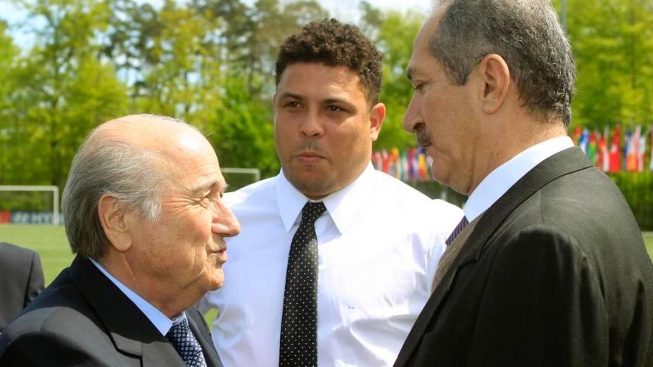 Blatter, Ronaldo e Aldo Rebelo num intervalo da reunião na sede da Fifa