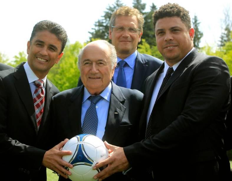 Bebeto, Blatter, Valcke e Ronaldo posam para fotos num intervalo da reunião desta terça
