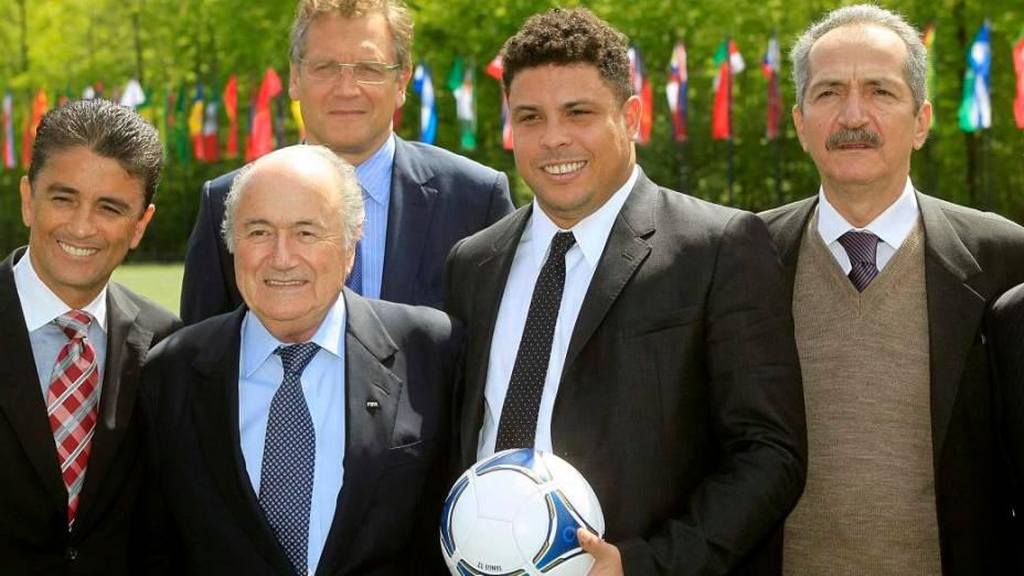 Bebeto, Blatter, Valcke, Ronaldo e Aldo posam para fotos na sede da Fifa, em Zurique