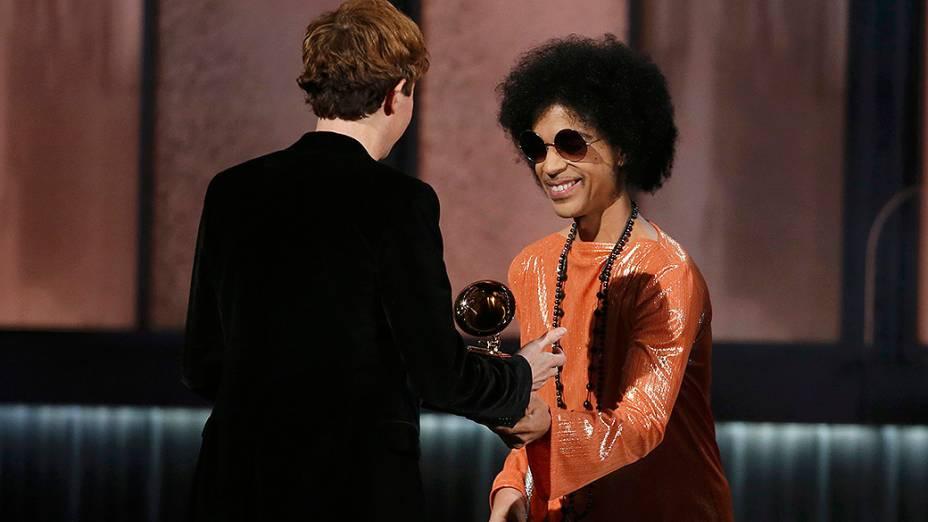 Prince e Beck, durante 57ª edição do Grammy, premiação que elege os melhores da música internacional, que acontece neste domingo (08)