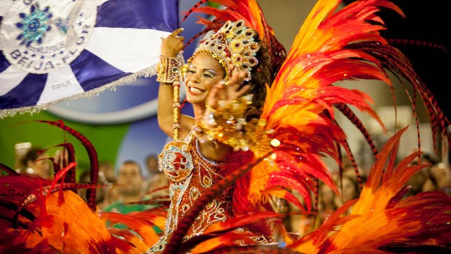 Porta-bandeira da Beija-Flor durante desfile na Marquês de Sapucaí
