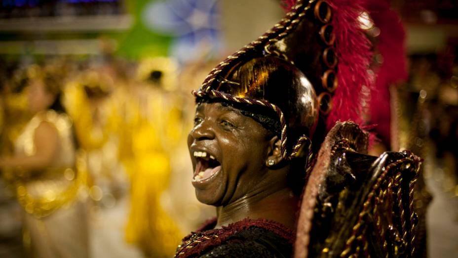 Integrante da Beija-Flor durante desfile na Marquês de Sapucaí